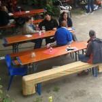 Gäste des Koiserhocks auf Bierbänken