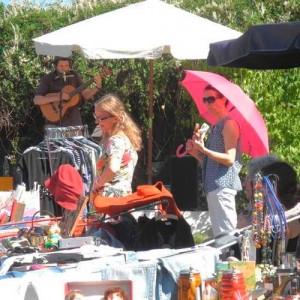 Der Regenschirm dient als Sonnenschirm