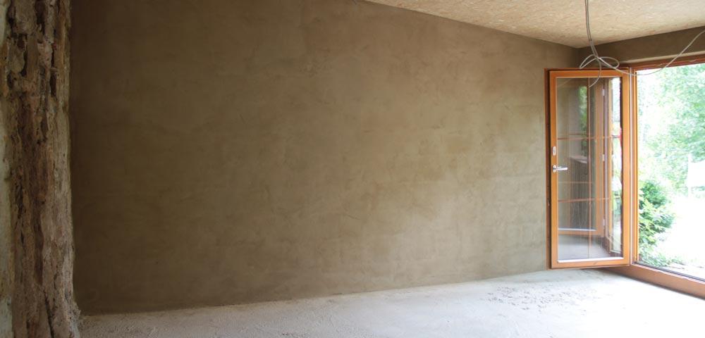 Mit Lehm verputzte Wand im Vereinsraum