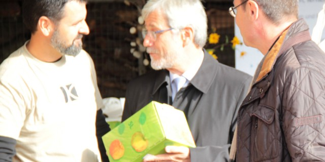 Kochergarten Vorstandsmitglied M. Bullinger überreicht Landrat Klaus Pavel und OB Thilo Renschler Apfelsaft für das Spendenwägele