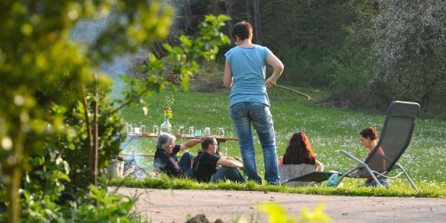 Der Koiserhock - Menschen sitzen auf der Wiese