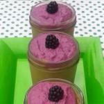 Kräuterrundgang Regionale Superfoods - Rosa Creme in Gläser mit Brombeere garniert auf einem grünen Teller